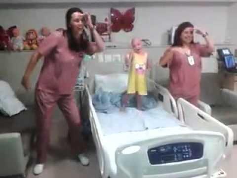 Krankenschwestern tanzen mit todkrankem Kind